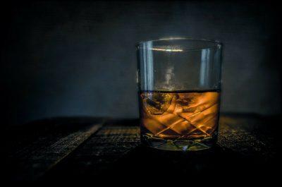 Para curar el alcoholismo es útil la terapia de adicciones.